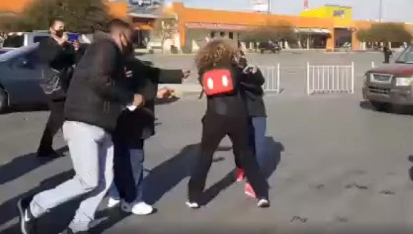 Revendedores se lían a golpes por pasteles de Costco
