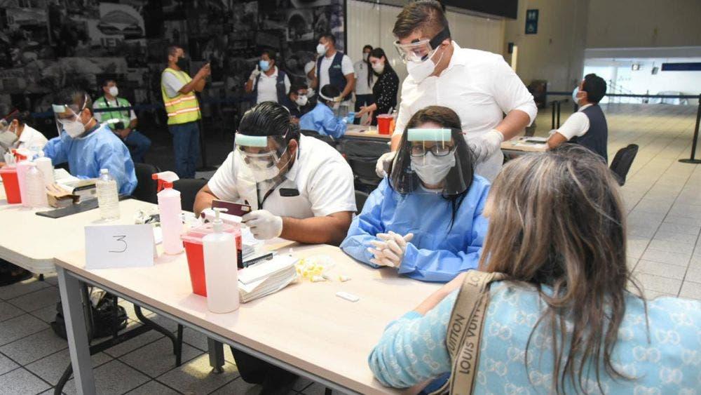 Aplica Sesa pruebas rápidas de covid en aeropuerto de Cancún