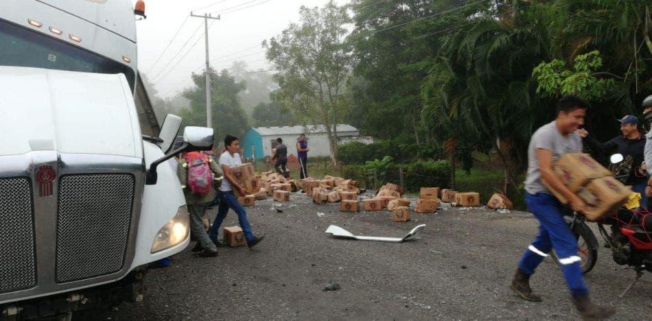 Video: Saquean tráiler volcado y cargado con cerveza en Tabasco.