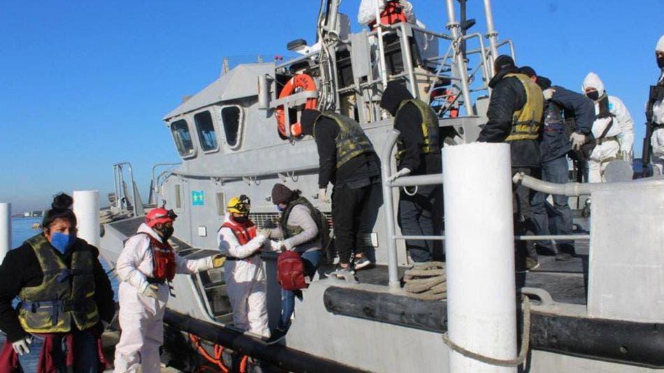 ¡Justo a tiempo! Rescatan a 13 personas que estaban a la deriva