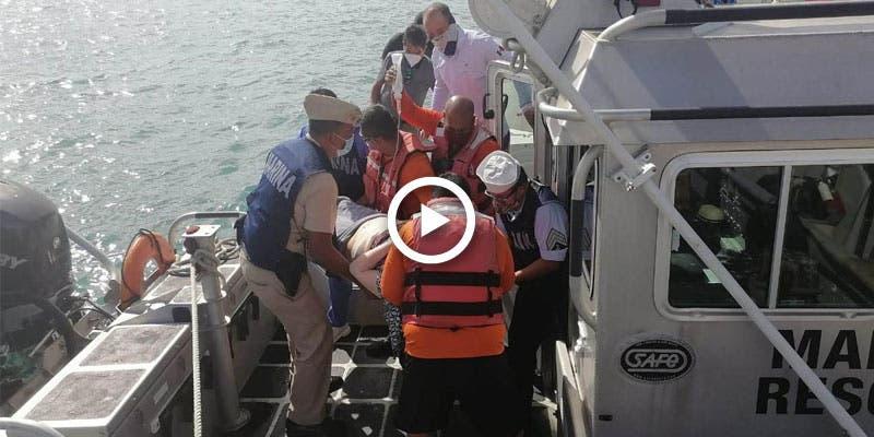 Video: Auxilian a turista propelada por embarcación en Isla Mujeres.