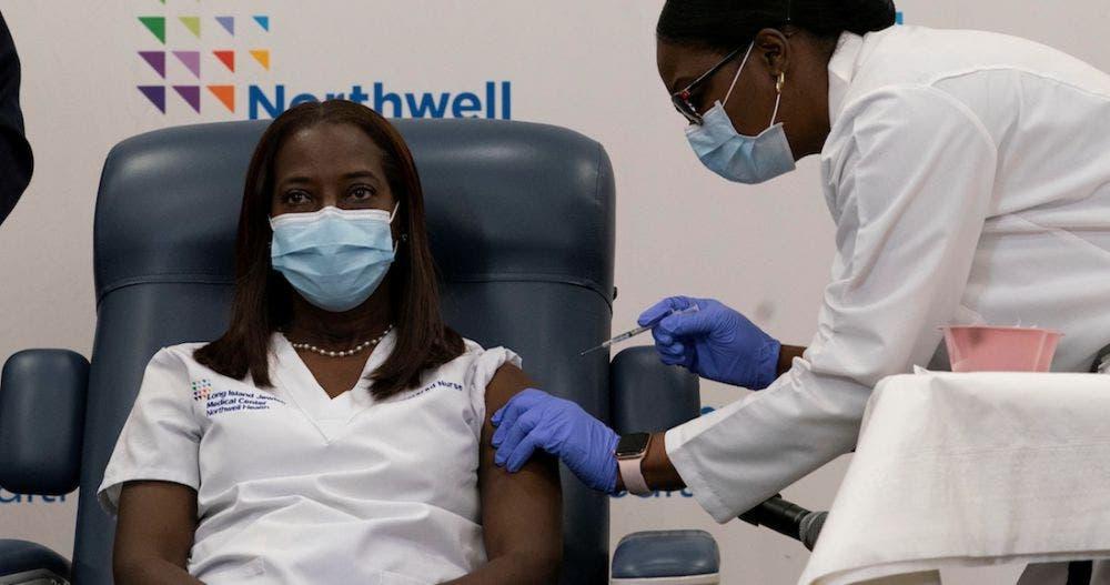 ¡Histórico! Ella es la primera mujer vacunada contra el Covid en EU