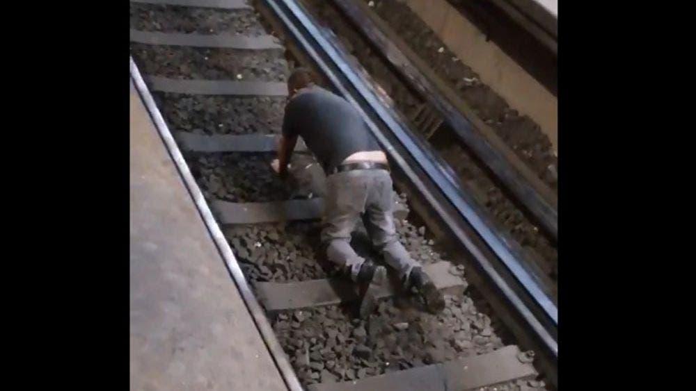 ¿Decepcionado? Sujeto se avienta a las vías del metro