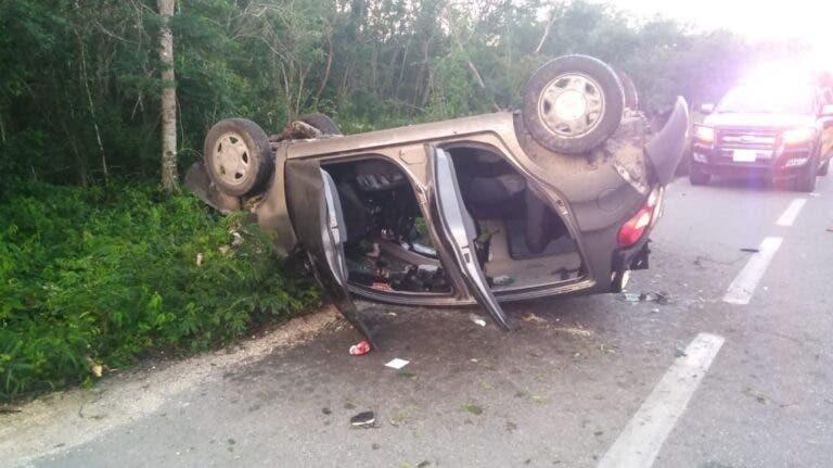 Conductor vuelca en la carretera federal Mérida-Cancún, sufre lesiones