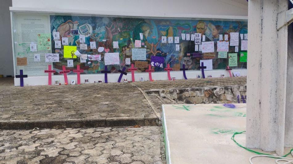 Mantienen feministas tomado el Congreso de Quintana Roo.