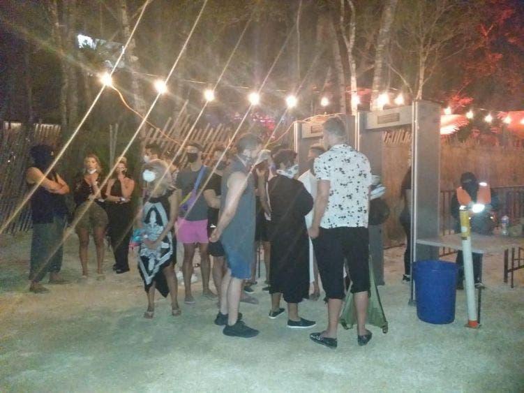 Frustran una 'rave party' con 200 asistentes en Tulum; la Policía desalojó el lugar, se procedió a la clausura y se decomisó gran cantidad de alcohol.