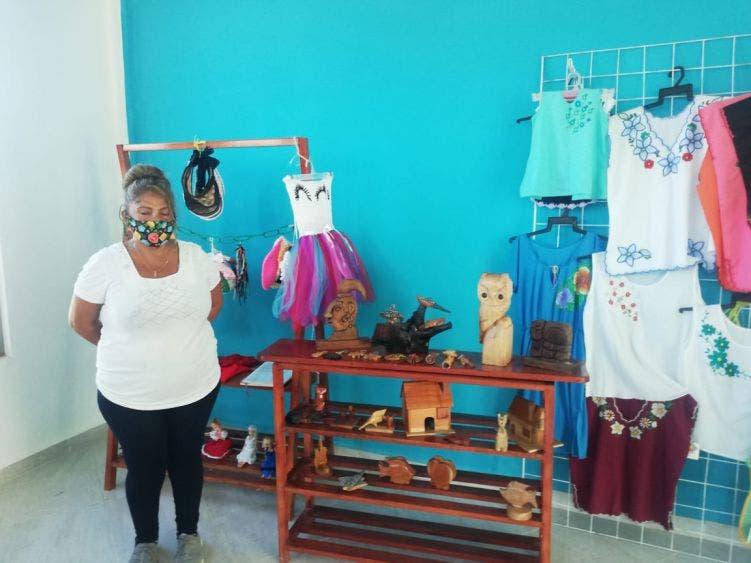 Artesanas de Kantunilkín vislumbran buenas ventas en el cierre de año; el arribo de turistas a Holbox eleva sus expectativas económicas.