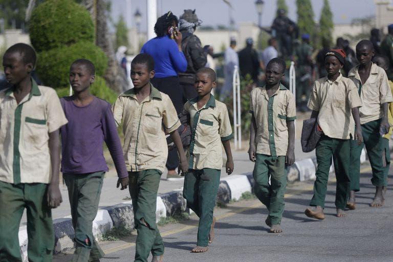 En Nigeria liberan a 344 estudiantes secuestrados en secundaria.