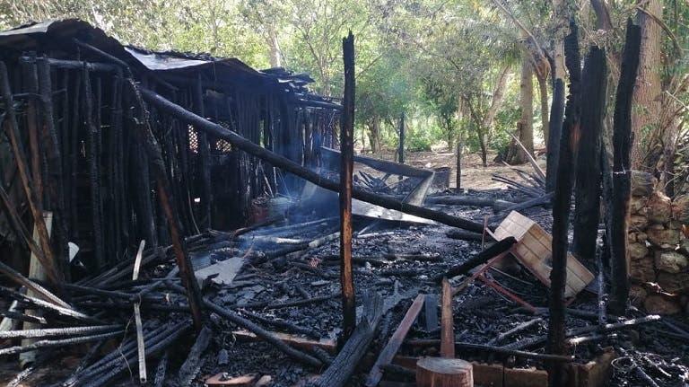 Terrible incendio deja en cenizas una vivienda de Espita