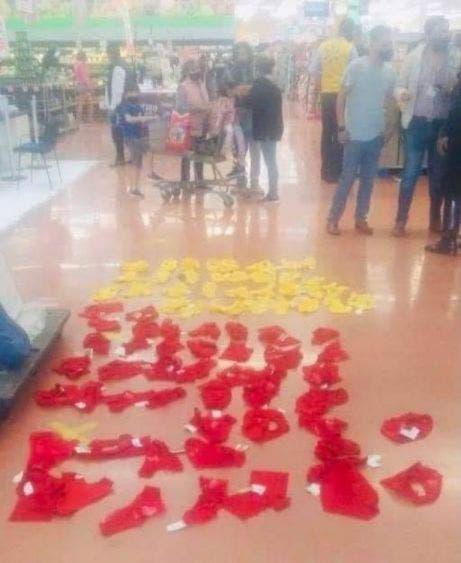 """Detienen a dos mujeres robando 'chones' para el amor y el dinero; las """"farderas"""" llevaban entre sus ropas más de 60 prendas rojas y amarillas."""