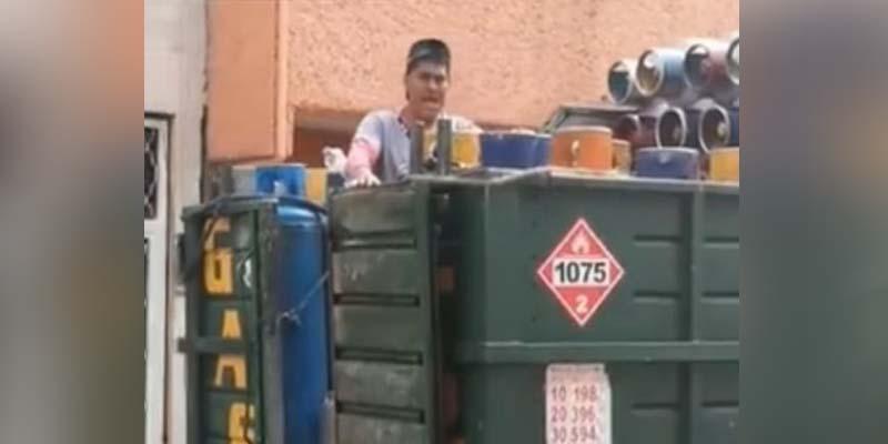 Vendedor de gas se hace viral por sus villancicos