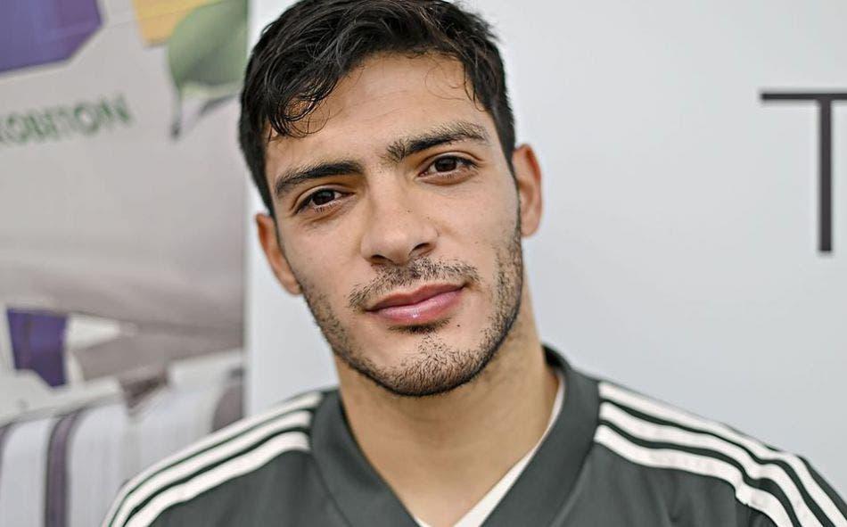 Raúl Jiménez deja el hospital para recuperarse en casa