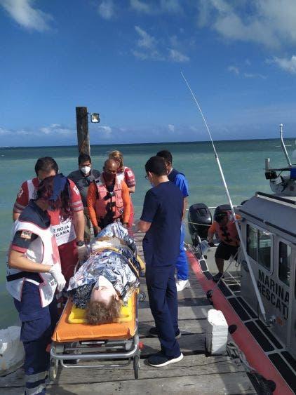Video: Auxilian a turista propelada por embarcación en Isla Mujeres; la evacuación médica fue realizada por personal de la V Región Naval.