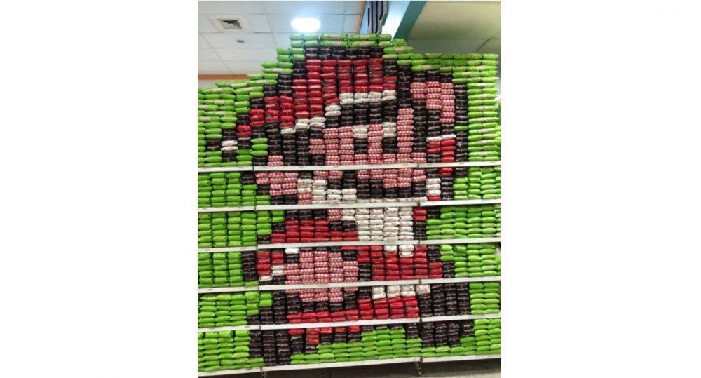 El Mario Bros navideño formado con bolsas de arroz en un supermercado