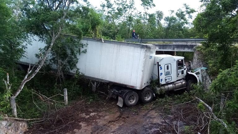 Por exceso de velocidad tráiler sale de la cinta asfáltica en la vía Mérida-Cancún