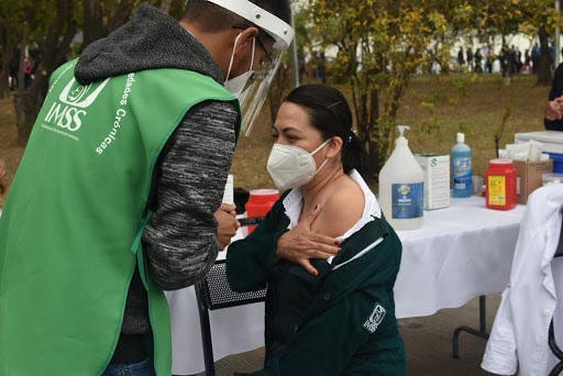 IMSS reporta grave a enfermera que recibió vacuna contra Covid-19