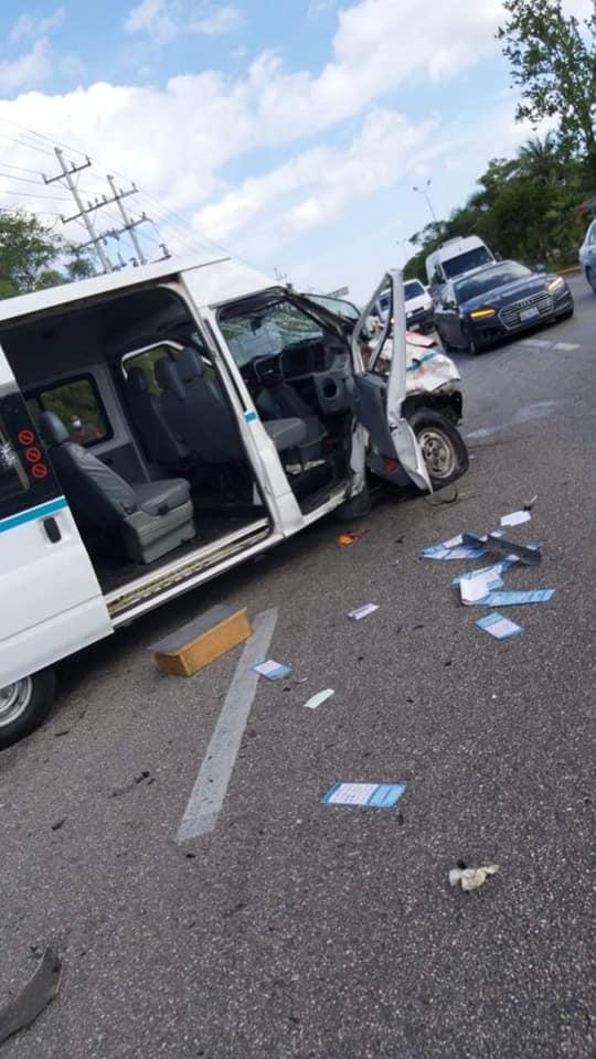 Fatal accidente en el tramo carretero Cancún-Playa del Carmen; tripulante de una motocicleta se estrella contra una van del sindicato taxista.