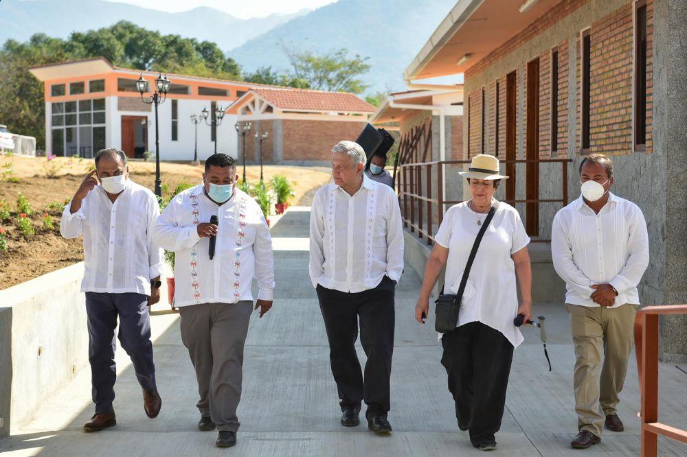 El presidente López Obrador visitó el municipio de Juan R. Escudero, en donde inauguró una Universidad del Bienestar.
