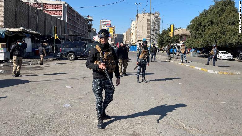 Soldados patrullas la zona en donde ocurrió el atentado.