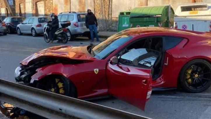 Futbolista deja su Ferrari en autolavado y se lo destrozan