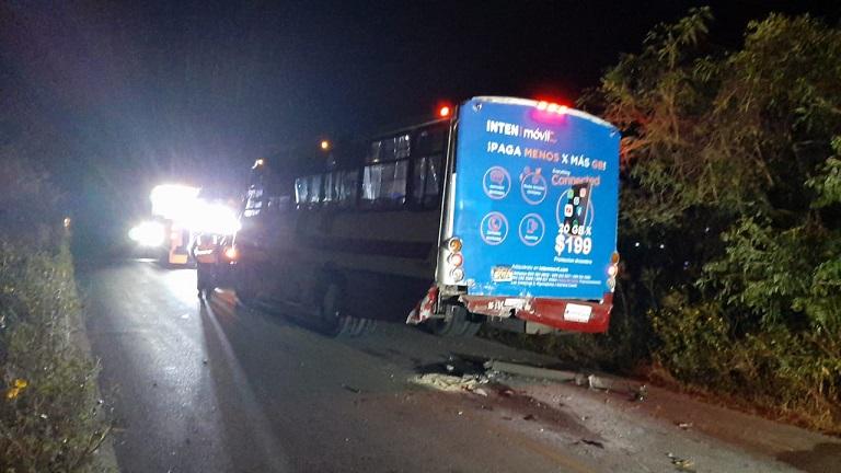 Conductor alcoholizado se impacta y queda debajo de un autobús en Mérida