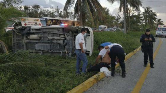 Vuelca van de pasajeros en Playa Del Carmen por imprudencia de chofer