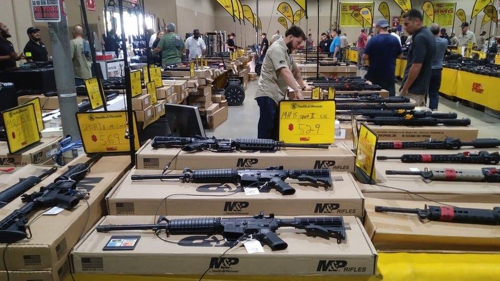 Prohíbe Facebook anuncios de accesorios para armas en EU
