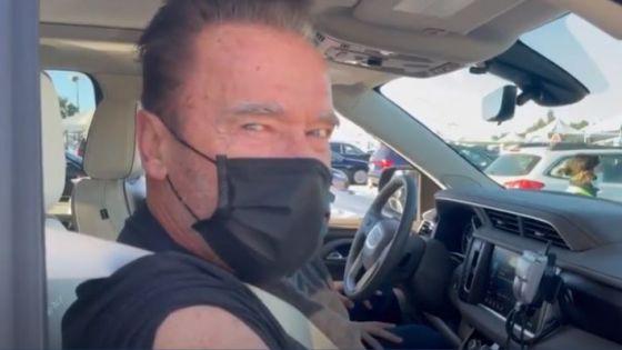 Arnold Schwarzenegger revive a 'Terminator' al recibir vacuna contra el Covid-19