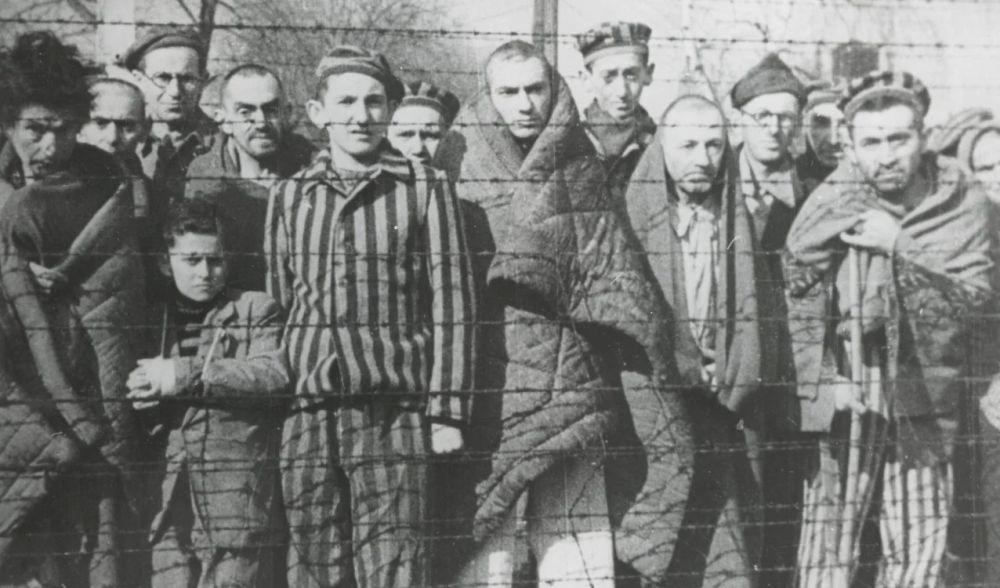 Prisioneros del campo de concentración de Auschwitz-Birkenau después de la liberación en el antiguo campo de concentración y exterminio nazi alemán Auschwitz I. /Museo y Memorial de Auschwitz /EFE