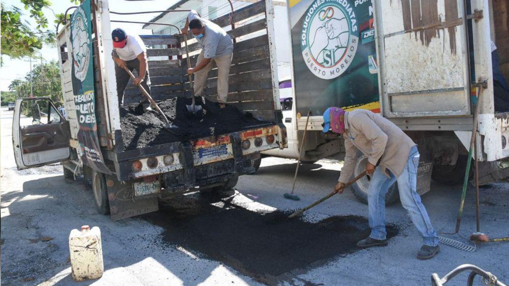 Repara gobierno de Puerto Morelos carpeta asfáltica
