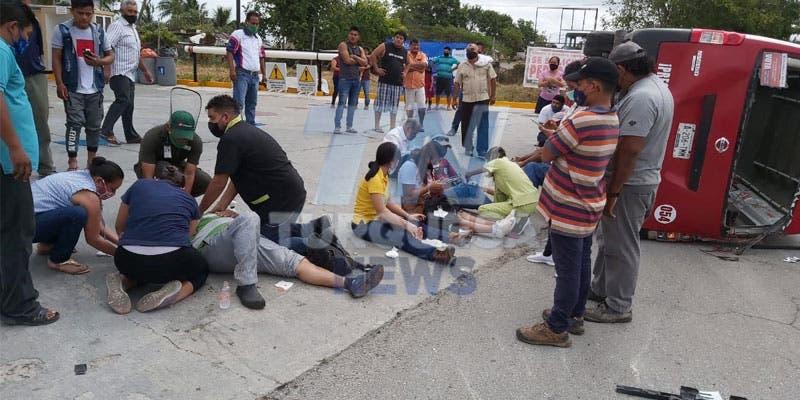Chocan taxi y una van de Cancún; lesionados nueve pasajeros.