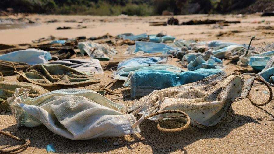 En el 2020 terminaron en el mar unos mil 560 millones de cubrebocas; las mascarillas generaron hasta 6 mil toneladas más de contaminantes.
