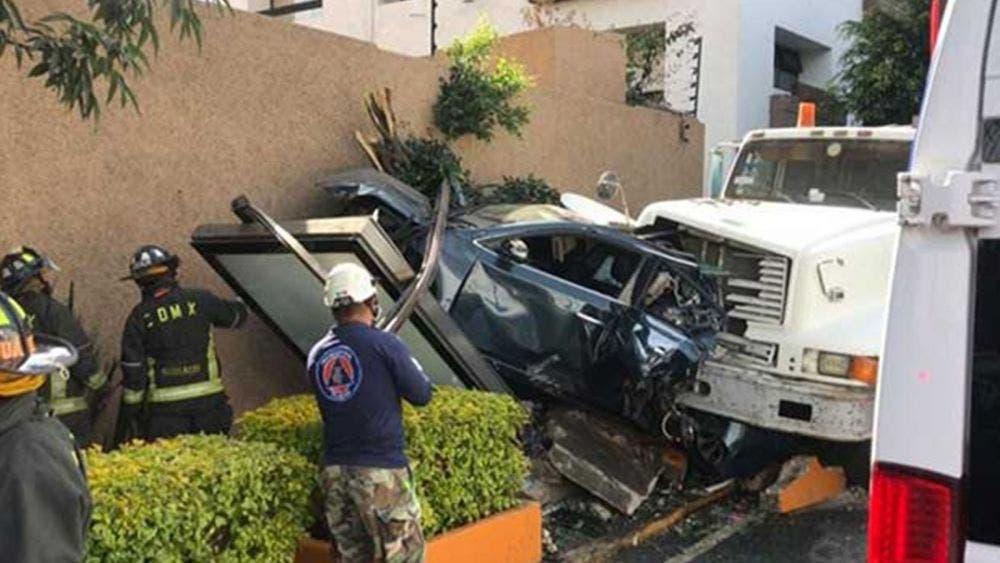 Camión se queda sin frenos y despedaza un automóvil