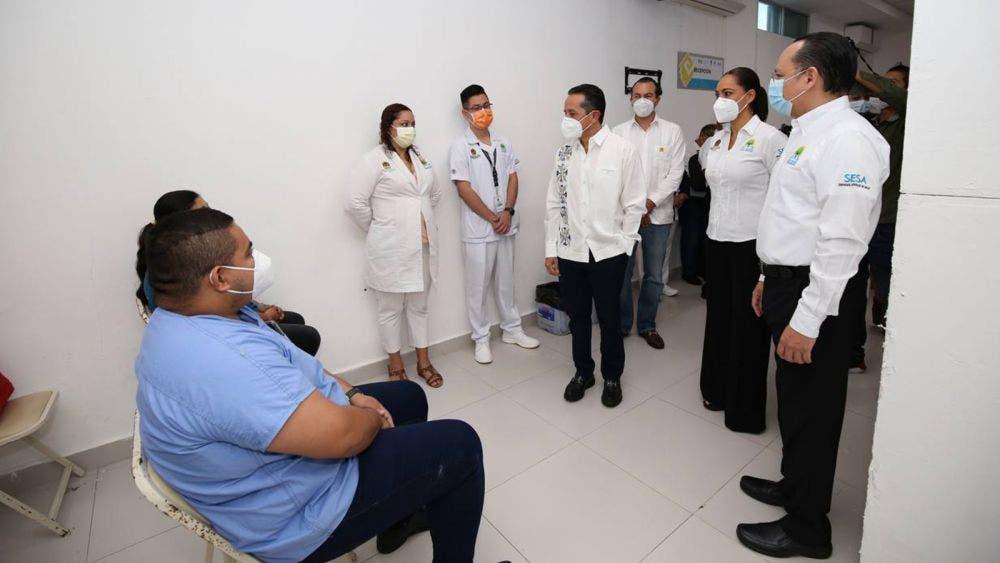 Atestigua Carlos Joaquín aplicación de la primera vacuna contra la covid-19