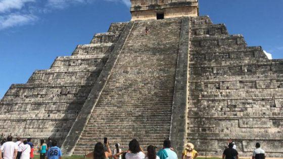 Turista que subió a pirámide de Chichen Itzá pagará una multa de hasta 50 mil pesos
