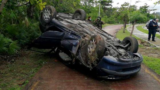 Auto sufre volcadura en zona hotelera de Cancún