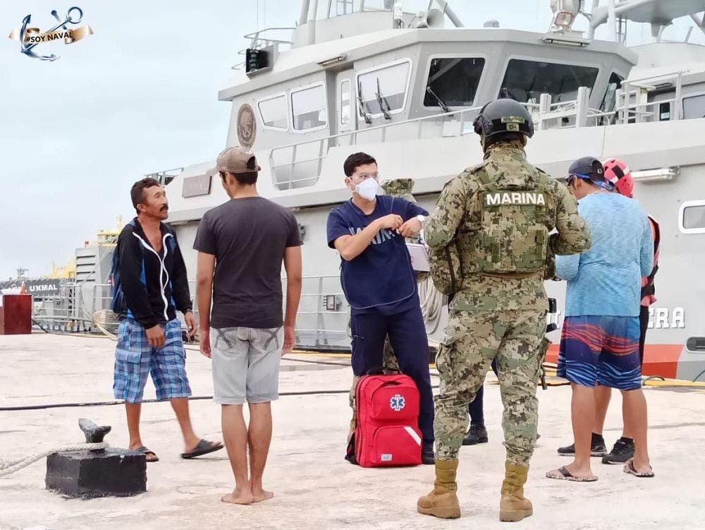 Rescatan marinos a cuatro personas a la deriva cerca de Isla Contoy.