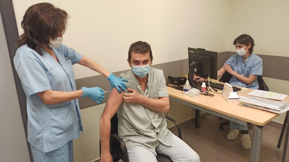 Vacunas no es motivo para relajarnos contra Covid-19: Obispo; se congratula Pedro Pablo Elizondo que se esté protegiendo primero al personal de Salud.