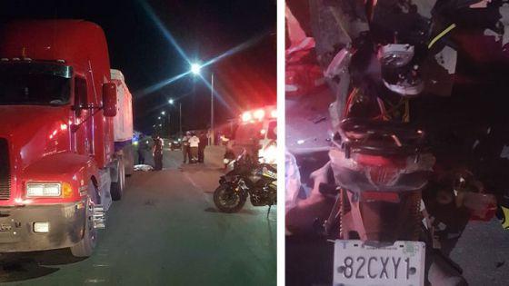 Muere una mujer al estrellar su moto contra camión estacionado.