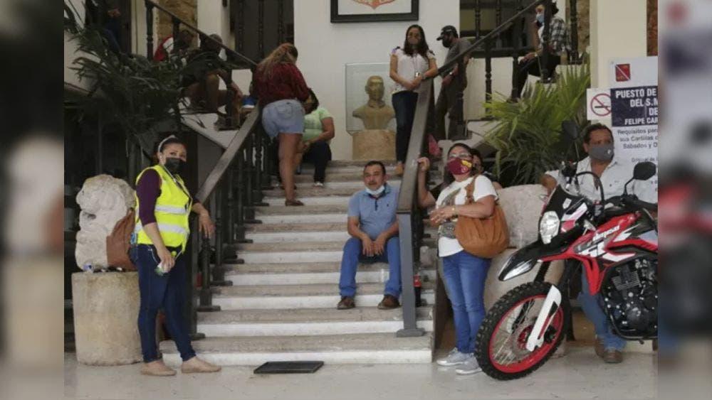 Estallan empleados municipales contra el alcalde José Esquivel