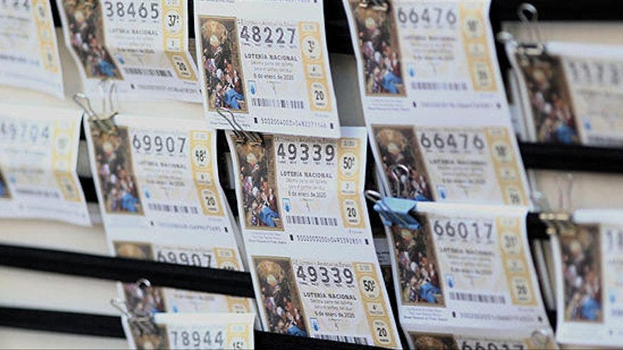 ¡El karma existe! Encuentra un sobre con dinero y lo regresa, después gana la lotería