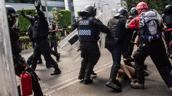 Policías golpean y roban a pareja tras detenerlos de manera ilegal