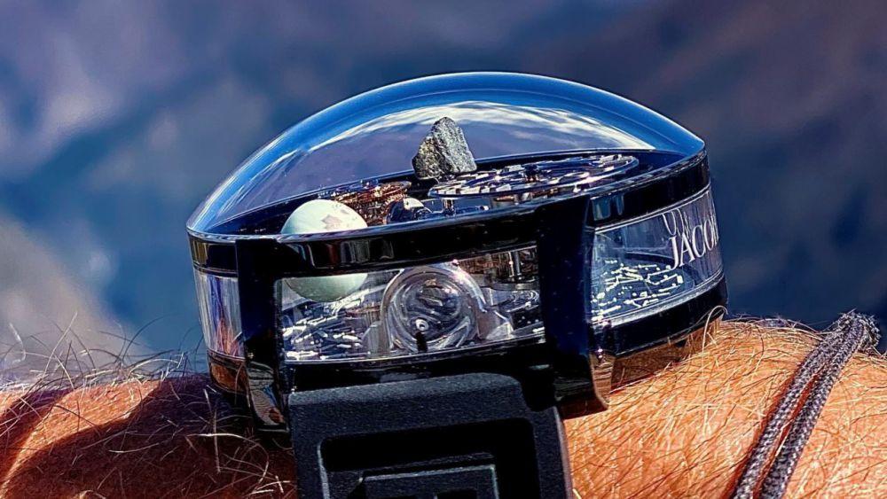 Crean reloj que incluye agua del polo norte y un pedazo de roca del Everest