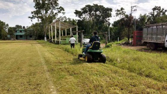 Da mantenimiento gobierno de Puerto Morelos a espacios deportivos