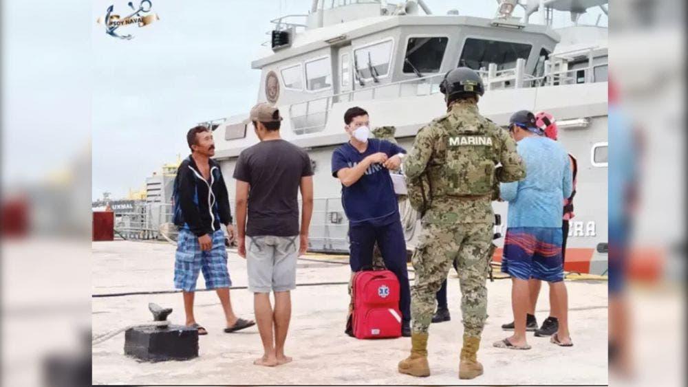 Lancheros a la deriva, son rescatados por la Marina