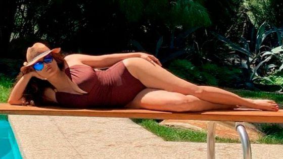 Salma Hayek inicia el año con bikini de infarto