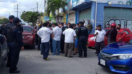 Taxista del sindicato 'Andrés Quintana Roo' amedrentan a ruletero de Isla Mujeres.