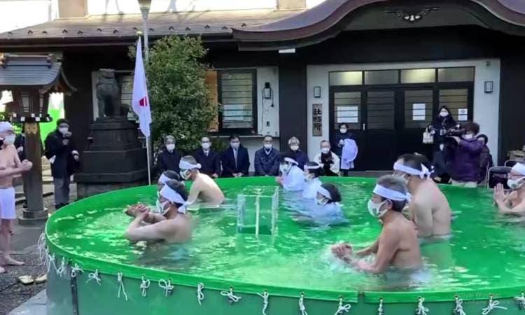 Realizan en Tokio ritual en agua helada para pedir por el fin de la pandemia