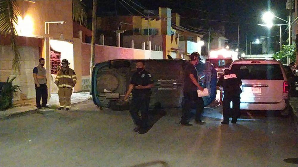 Aparatosa volcadura de un médico en Cozumel; al parecer iba bajo los efectos del alcohol y chocó contra un auto estacionado.