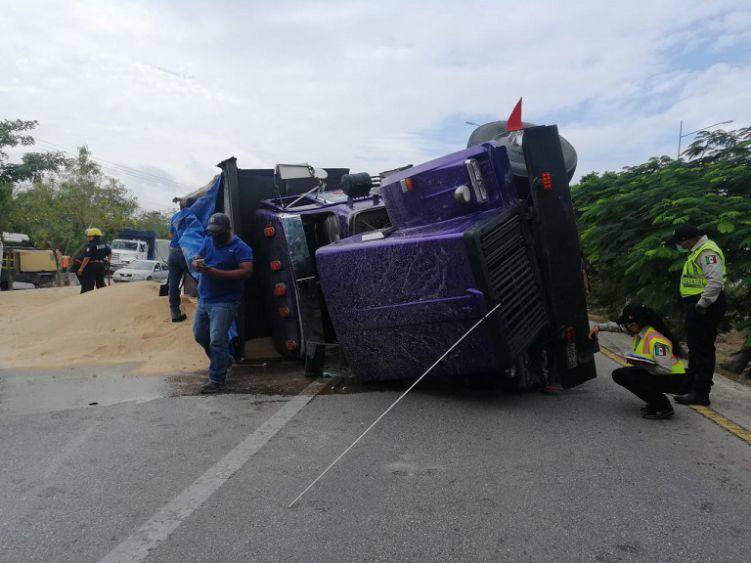 Por falla mecánica tracto camión vuelca en anillo periférico de Mérida